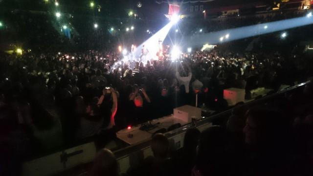 Yleisön älypuhelimien määrästä päätellen keikka tuli varmasti hyvin dokumentoitua. Don Huonot 25 v juhlakeikka Helsinki jäähalli.