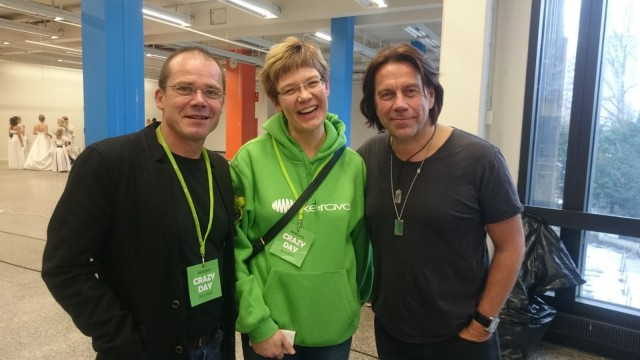 Backstagella oli vipinää. Mikko Kuustosen (oikealla) kaulassa Keravalaisen Anu Ekin suunnittelema Medicine man -kaulakoru. Juontajana tilaisuudessa oli Nicke Lignell (vas). Keskellä Kerava Crazy Day -nimen keksijä Mia Talikka.