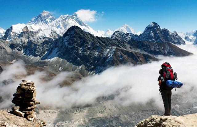 Kiipeilijä miettii, missä kävisi seuraavan kerran kakalla.