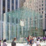 Kaupan on uudistuttava ja luotava käynnistä sellainen elämys, josta kuluttaja on valmis maksamaan ja haluaa kertoa elämyksestään muillekin. Kuva Apple Store 5th Avenuella.