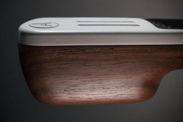 Elviksen ja Instrument 1:n kotipaikan mukaan nimetyssä, hieman kalliimmassa versiossa, Nashville Editionissa on puinen pohja.