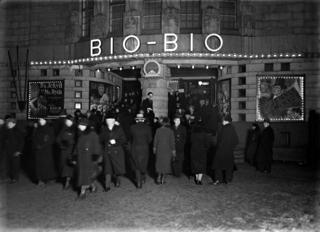 Yleisöä elokuvateatteri Bio-Bion edustalla vuonna 1934.