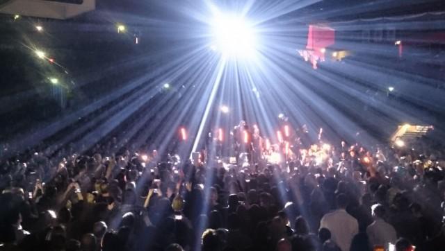 Don Huonot 25 v juhlakeikalla oli kaikilla yleisössä kännykät mukana. Sytkärien sijasta käytetään kännykän valoja.