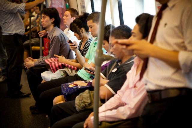 Nää tyypit varmaanki niinku lukee tätä City-lehteä netissä metrossa. cc by nd Nopphan Bunnag