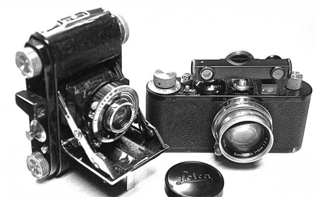 Digitalisaatio on analogisten työvaiheiden poistamista. Kameran kuvia ei tarvitse enää lähettää kehitettäväksi vaan ne voidaan jakaa välittömästi ystäville suoraan kamerasta jota myös älypuhelimeksi nykyään kutsutaan. Digitalisaatio on tiedonsiirron