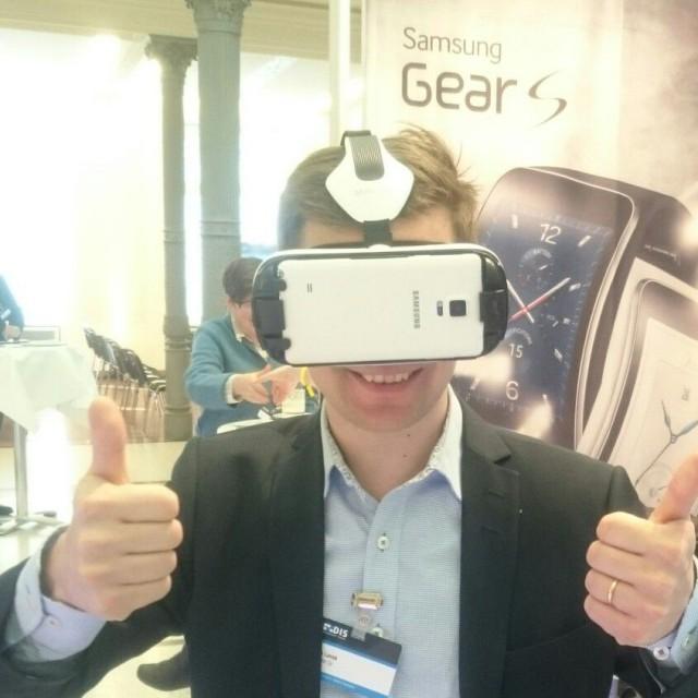 Ilkka Lavas virtuaalitodellisuudessa Samsung Gear S 3D virtuaalilasit päässä.