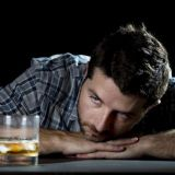 Huono koulumenestys altistaa alkoholismiin