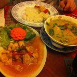 Thaimaalaista ruokaa. Tulista kanaa ja vihreää currya.