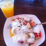 Tyypillinen Kambodzalainen aamupala: hedelmiä, mysliä ja jogurttia.