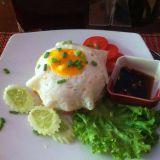 Paistetun kananmunan alla riisiä. Eräänlainen Lok Lak.