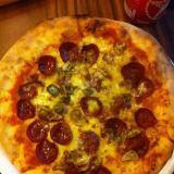 Maailman paras pepperoni pizza, joka paistetaan tuktukissa olevassa puu-uunissa.