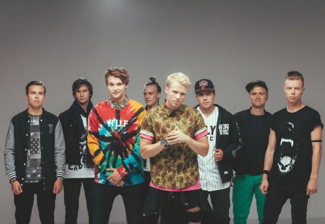 Vaikka Roope Salminen (kolmas vasemmalta) on nostettu bändin keulahahmoksi, vallitsee kavereiden kesken demokratia, jossa jokaisen sana painaa.