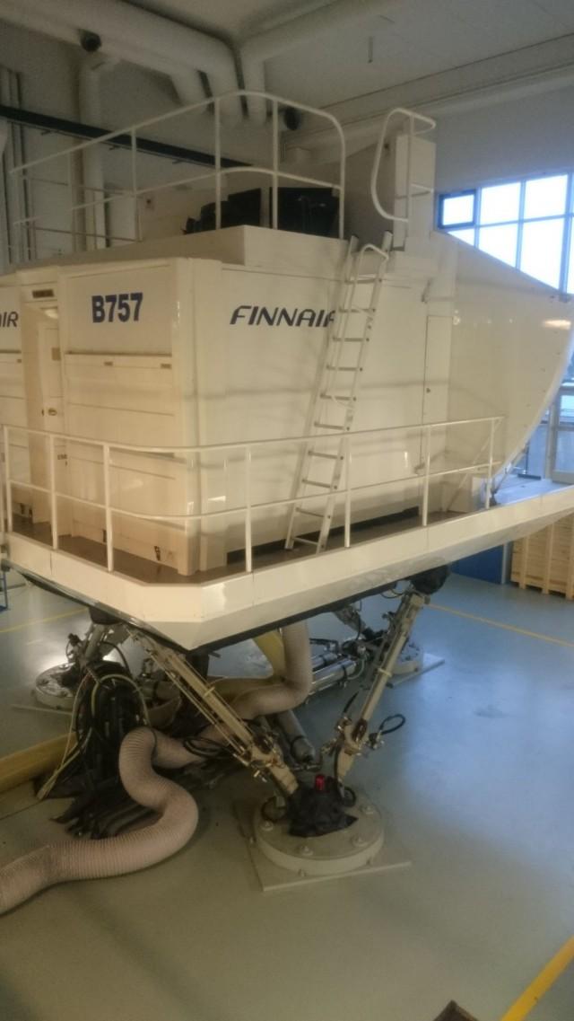 Boeing 757 simulaattori liikkuu hydraulisten nostimien varassa. Lennon aikana kävelysilta on nostettuna pois tieltä, jotta lentokone voi lentää vapaasti..