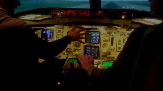 Lentoon lähtiessä kaasutetaan pitkin kiitotietä kunnes nopeus on riittävä lentoon lähtöön. Boeing 757 ohjaamo.