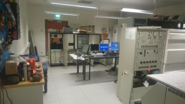 Lentosimulaattoria ohjaa suhteellisen massiivisen oloinen tietokonejärjestelmä.