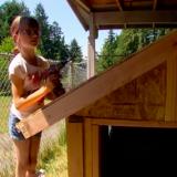Pikkutytön harrastus: talonrakennus kodittomille