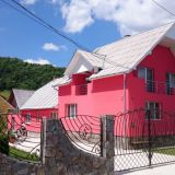 Romaniassa oli isoja hienoja ja pirteän värisiäkin taloja välillä.