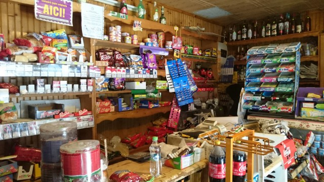 Romanialainen sekatavarakauppa / kahvila. Löytyy mitä vaan voit kuvitella.