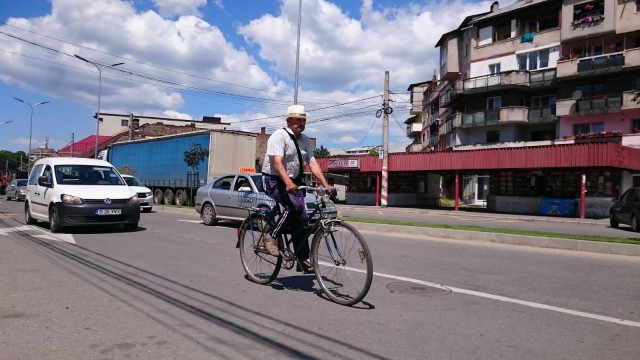 Mies pyöräilee Romaniassa.