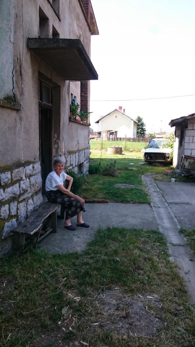 Serbialainen täti chillailee varjossa.