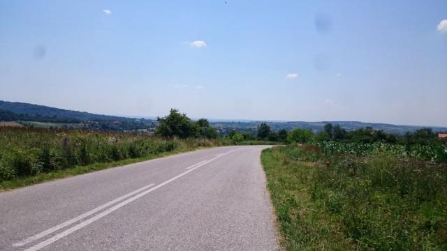 Serbian tiet olivat suht hyvässä kunnossa. Jotain outoa asfaltissa silti oli.