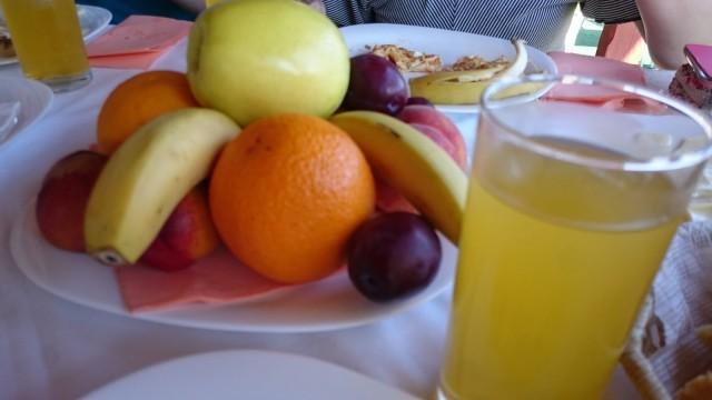 Baikal hotellissa oli mainio aamupala, tarjoilijalla oli tulkki mukana, jotta hän pystyi ottamaan tilauksen vastaan :)