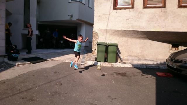 Pojat potkivat jalkapalloa Hayat hotellin edustalla.