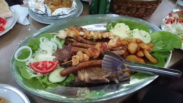 Tämä lautanen oli vasta lämmittelyä kun eteemme kannettiin monenlaista erinomaista liharuokaa. Sarajevosta löytyy kyllä hyvää sapuskaa.