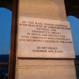 Serbikriminaalit polttivat kirjaston teokset vuonna 1992. Varoitus ja muistutus: älä polta kirjastoa, koska tuli hävittää kirjat ja arkistot.