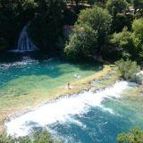 Krka kansallispuisto. Uimassa vesiputouksilla.