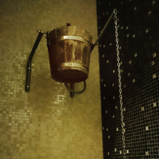 """Heliopark Kaiserhofin Spa osastolla oli """"Ice Bucket"""" -suihku."""