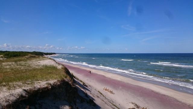 Takanani Curonian laguuni, edessä aukeaa Itämeri ja valtavan pitkä hiekkaranta.