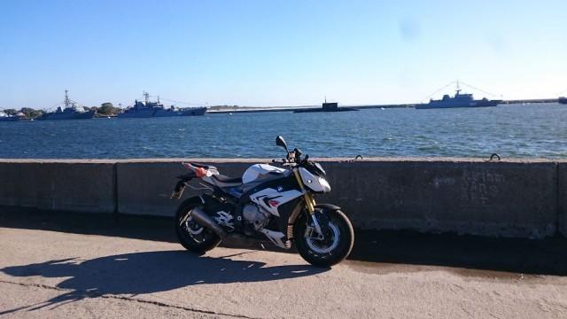 BMW S1000R sekä Venäjän laivastoa sukellusveneineen.