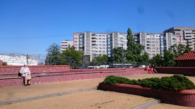 Mummo nauttii auringonpaisteesta. Kaliningrad, Venäjä.