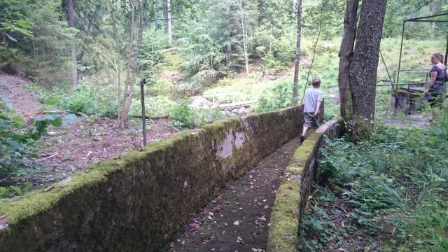 Pitkäjärven purosta johdettiin kanavaa pitkin lisää vettä padolle.