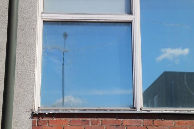 Rikottu ikkuna. Malmö 9.8.2015