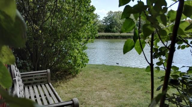 Asunnon takapiha joen rannalla Kööpenhaminassa Christianiassa. Ei hassumpi paikka.