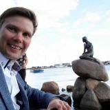 Tanskan reissulla kävin moikkaamassa pientä merenneitoa. Kannattaa muuten lukea H.C. Andersenin pieni merenneito satu, josta taideteos kertoo.