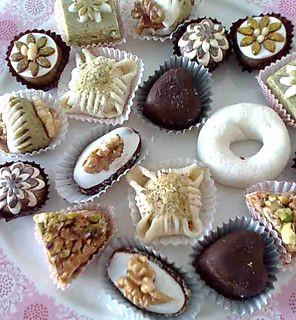 Tunisialaisen ystäväni äiti on nähnyt paljon vaivaa saadakseen aikaan näin näyttäviä pieniä leivoksia.