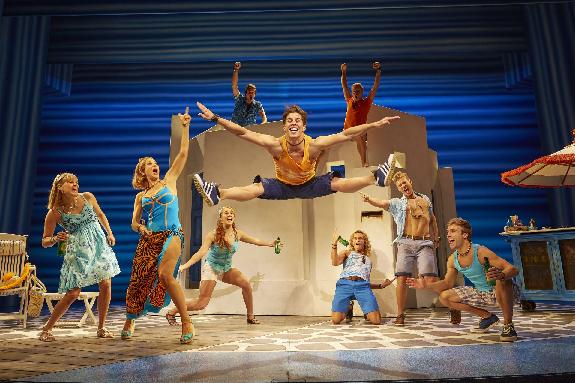 Ensemblen. I mitten Markku Haussila  Helsingfors / Helsinki  2014-2015 cast FOTO: by Brinkhoff/Mögenburg