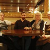 Pauli, Kimi, Mari sekä Toni romanttisessa  loossissa.