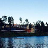Hotelli järveltäpäin katseltuna.