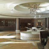 Aula on aamuvarhaisella vielä hiljainen. Päivällä väkeä riittää. Habtoor Grand Beach Resort & Spa, Autograph Collection