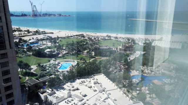Hiekkaranta ja resortin puisto-alueet. Habtoor Grand Beach Resort & Spa, Autograph Collection Dubai.