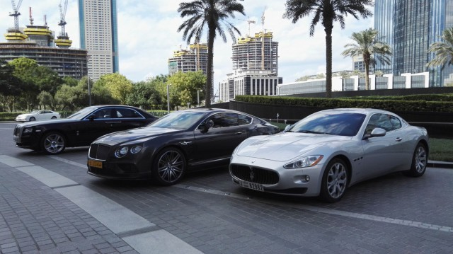 Armani Hotel Dubai piha on täynnä hienoja autoja. Kyllä kelpaisi.