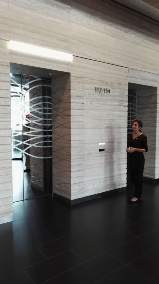 Assistentti opastaa meidät hissille.