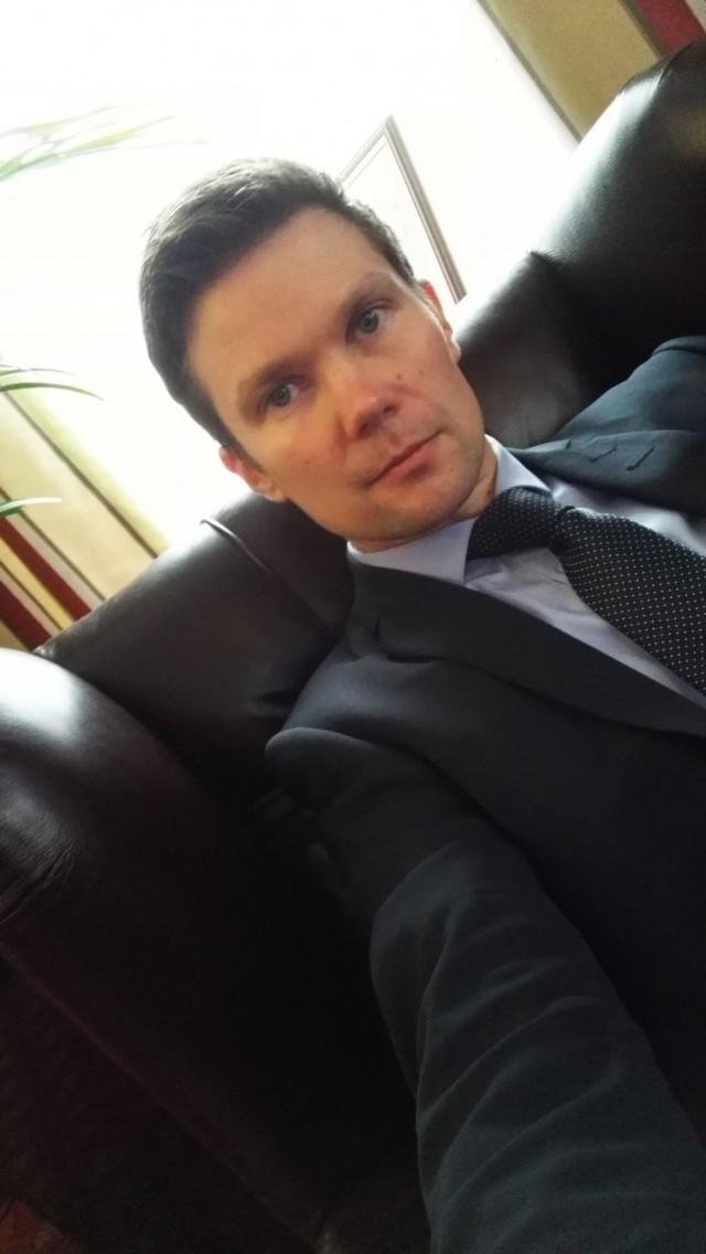 En usein pidä kravattia kaulassa, mutta halusin kunnioittaa pörssiklubin etikettiä ja laitoin narun kaulaan.