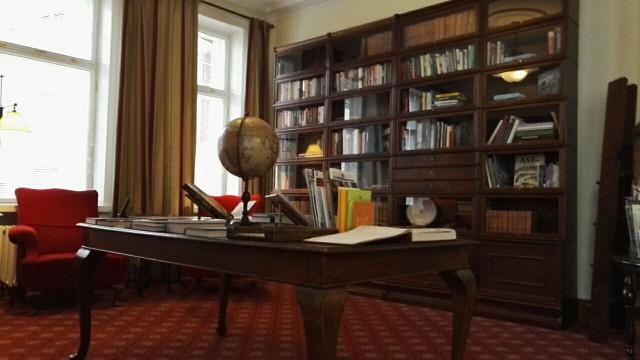 Pörssiklubin kirjasto on viihtyisä. Pörssiklubi on toiminut samoissa tiloissa vuodesta 1912, jolloin toiminta käynnistettiin. Klubin tilat ja Englannista aikoinaan tilattu sisustus on säilynyt ennallaan, mutta niitä on vuosien varrella tietenkin jatk