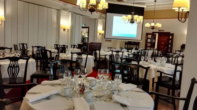 Pörssiklubin ravintolassa pidetään tilaisuuksia jäsenille ja jäsenten vieraille. Naisia näkee usein kutsuvieraina.