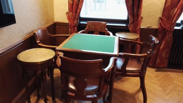 Pelikabinetissa pelaillaan usein shakkia ja bridgeä.